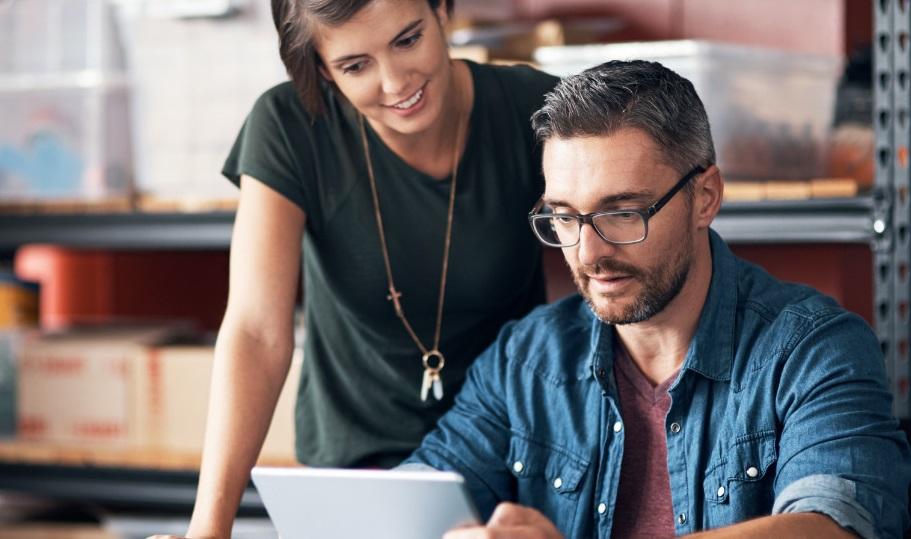 Un homme et une femme devant un ordinateur